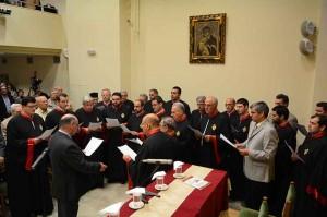 Περιγραφή: 1.Την εκδήλωση άνοιξε η θαυμάσια απόδοση Πασχαλινών ύμνων από την Βυζαντινή  Παραδοσιακή χορωδία «ΘΕΟΔΩΡΟΣ ΦΩΚΑΕΥΣ», υπό την διεύθυνση του χοράρχη της, κ. Χαραλάμπους Θεοτοκάτου