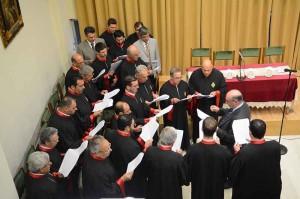 Περιγραφή: 1.Την εκδήλωση άνοιξε η θαυμάσια απόδοση Πασχαλινών ύμνων από την Βυζαντινή  Παραδοσιακή χορωδία «ΘΕΟΔΩΡΟΣ ΦΩΚΑΕΥΣ», υπό την διεύθυνση του χοράρχη της, κ. Χαραλάμπους Θεοτοκάτου.