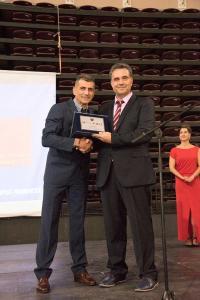 Την αναμνηστική πλακέτα και τα βραβεία παρέλαβε ο πρόεδρος της χορωδίας κ. Γεώργιος Βέργος.