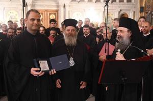 Τιμητική πλακέτα από την χορωδία «Θεόδωρος Φωκαεύς», απενεμήθη επίσης από τον Θεοφιλέστατο Επίσκοπο Κερνίτσης κ. Χρύσανθο, στον χοράρχη της  χορωδίας του Άργους.
